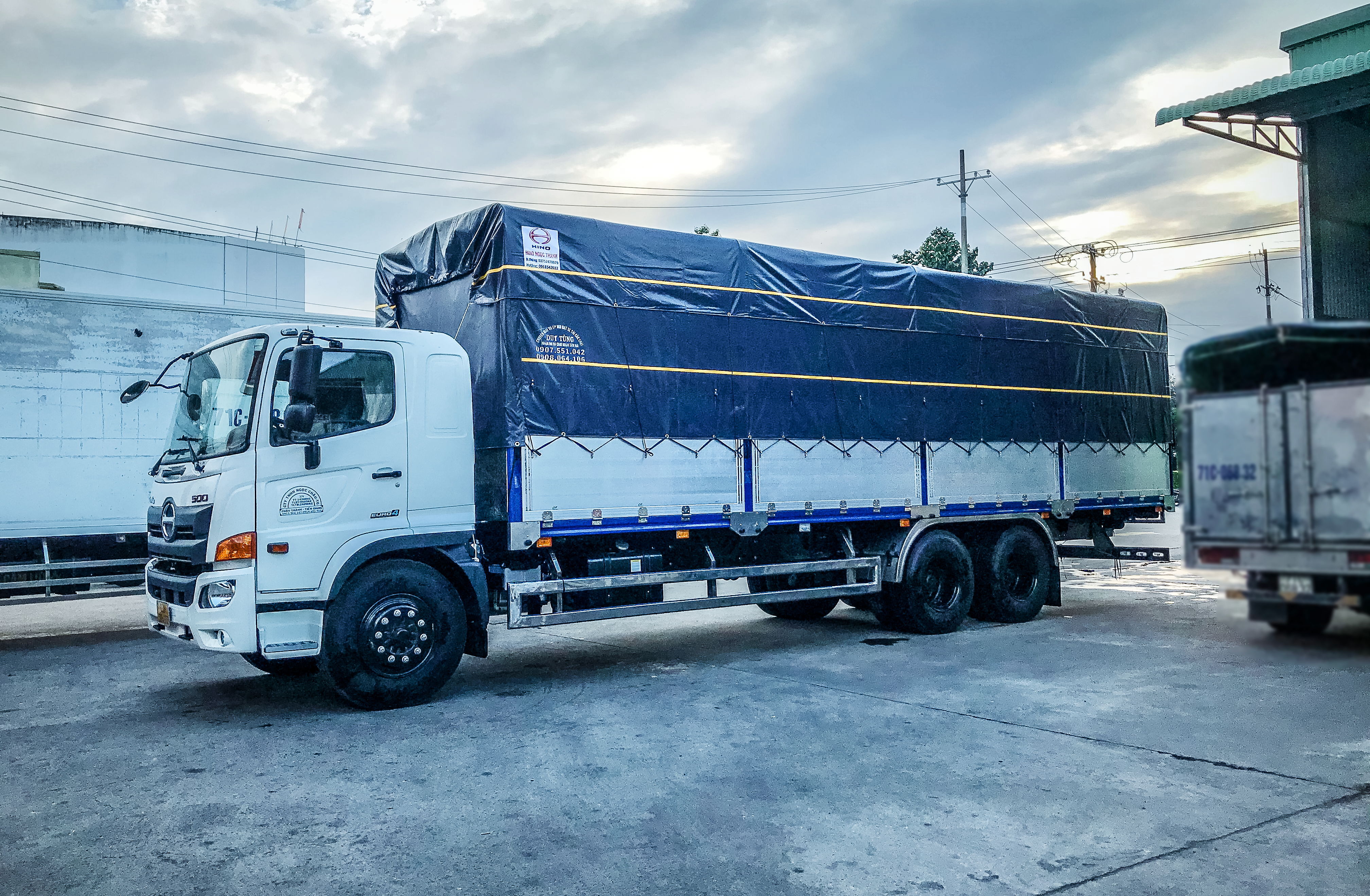 Xe tải Hino FL8JW7A 14.8T Mui Bạc