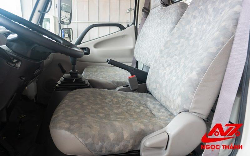 Nội thất xe Bồn Hino 6 khối gọn gàn và đơn giản - 3 ghế ngồi trên cabin